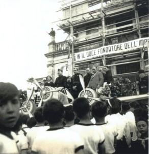 Filippo Tommaso Marinetti in piazza Roma a S. Venerina. E' quello con il vestito bianco.