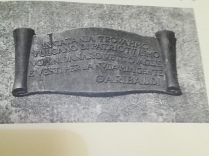 La lapide che si trova ai piedi della statua di Garibaldi a Catania