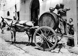 Un carretto siciliano che trasporta una botte di vino