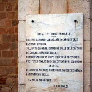 La lapide dell'editto di Garibaldi a Salemi