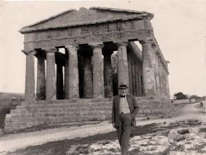 Luigi Pirandello e sullo sfondo il Tempo della Concordia, Agrigento 1934(archivio Soprintendenza)