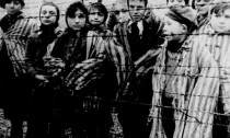 Eine Gruppe gefangener Kinder in Haeftlingskleidung blickt durch einen Zaun aus Stacheldraht im Konzentrationslager Auschwitz, kurz nach der Befreiung des Lagers durch sowjetische Truppen Ende Januar 1945. Die Befreiung jaehrt sich am Dienstag, 27. Jan. 2004, zum 59. Mal. Dieser Tag ist seit 1996 in Deutschland der zentrale Gedenktag fuer die Opfer des Nationalsozialismus. (KEYSTONE/AP Photo/Holocaust Museum)